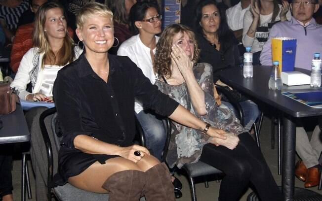 Xuxa e a mãe, Dona Alda, se emocionam durante o show da dupla sertaneja