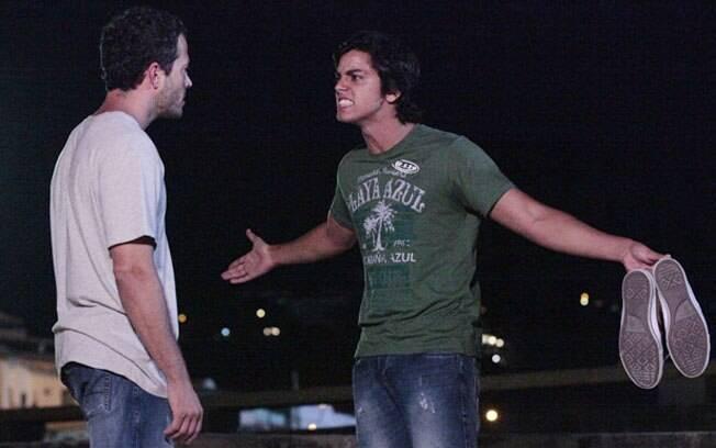 Leandro diz que não deve satisfações ao ex-namorado de sua mãe