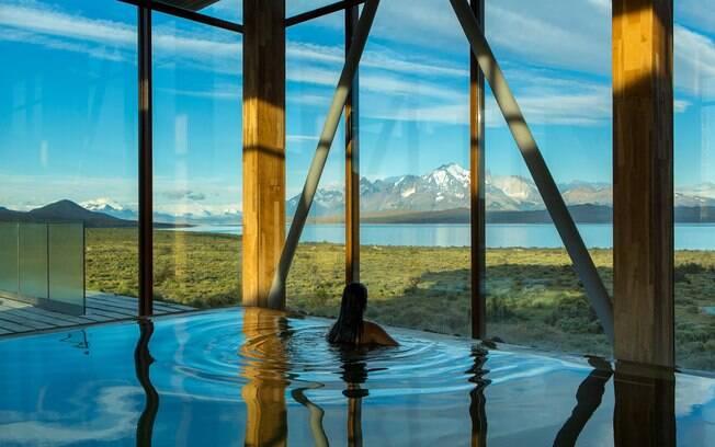 A piscina do hotel Tierra Patagonia tem vista para lindas montanhas e o lago Sarmiento