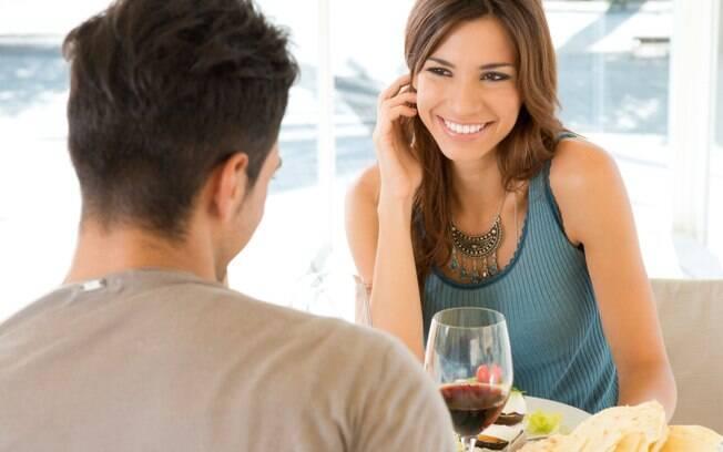 Ficar sem graça e tentar disfarçar as emoções é uma reação bem comum entre os apaixonados