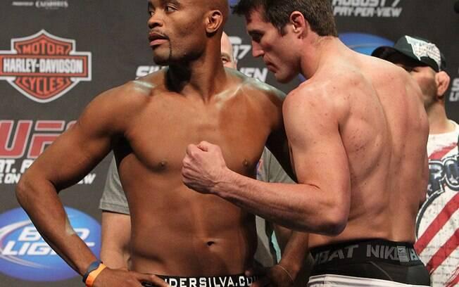 Chael Sonnen encara Anderson Silva antes da  derrota para o brasileiro no UFC 117