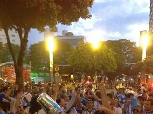 Brasileiros e argentinos ultrapassaram os limites da praça e invadiram as ruas na Savassi
