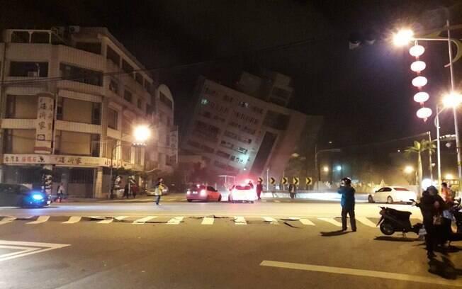 Terremoto fez hotel na cidade de Hualien desabar parcialmente e deixar cerca de 30 pessoas presas nos escombros