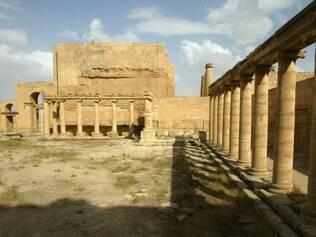 Uma foto tirada em 21 de abril de 2003 mostra pátio do palácio real, no sítio arqueológico de Hatra no noroeste do Iraque entre Mosul e Samarra, onde a helenística e romana mistura arquitetura com elementos decorativos orientais