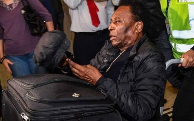 Pelé desembarcou no Brasil usando cadeira de rodas