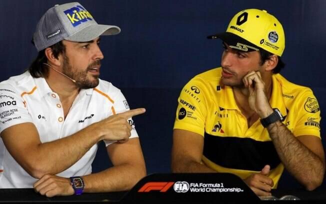 Carlos Sainz Jr. (à direita) deve ser o substituto de Fernando Alonso na McLaren a partir do ano que vem