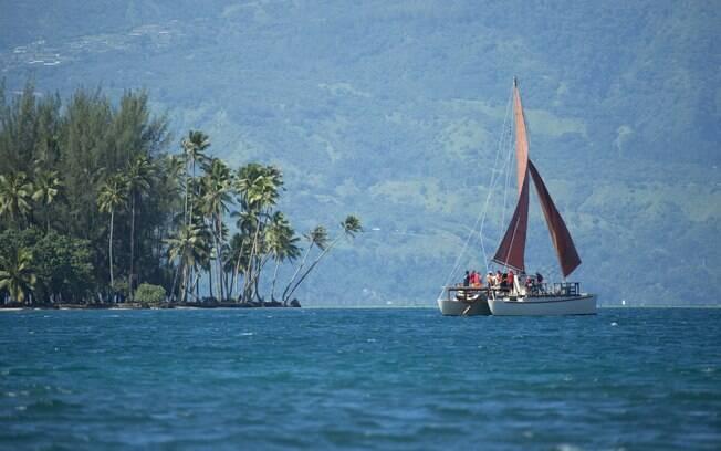 No Tahiti, é possível conhecer várias ilhas em uma embarcação em que a tribulação fica disponível para os tripulantes