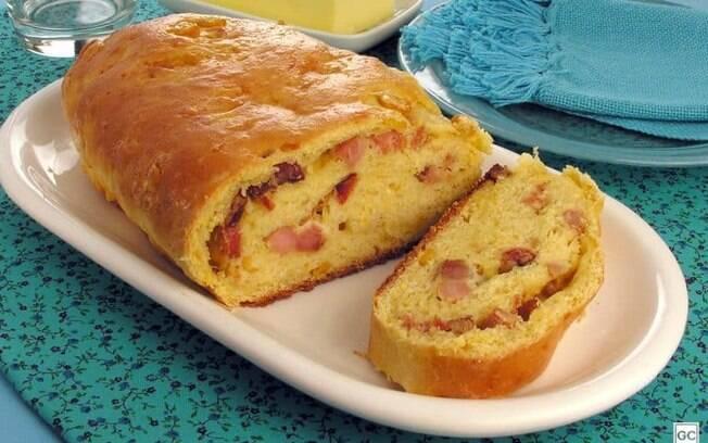 Pão de milho com bacon e requeijão cremoso