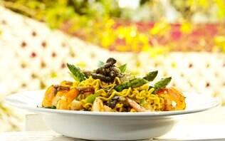 Miojo com camarões, aspargos e cogumelo erinji