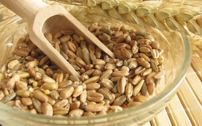Cevada e outros grãos integrais: eles contêm bons níveis de fibras, selênio e beta-glucano, uma substância que ajuda a baixar o colesterol LDL, o mau colesterol. Foto: Getty Images