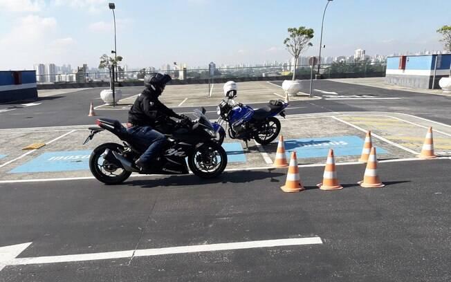 Moto esportiva também são usadas durante o curso para motociclistas