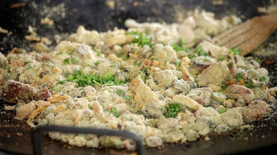 A farofa pode ser uma ótima opção para aproveitar as carnes do churrasco