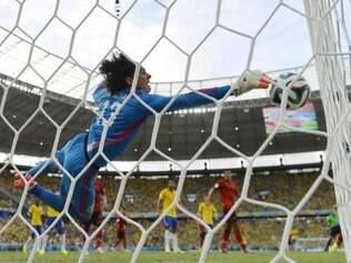 As defesas de Guillermo Ochoa foi um dos assuntos mais comentados na internet durante o jogo contra o Brasil