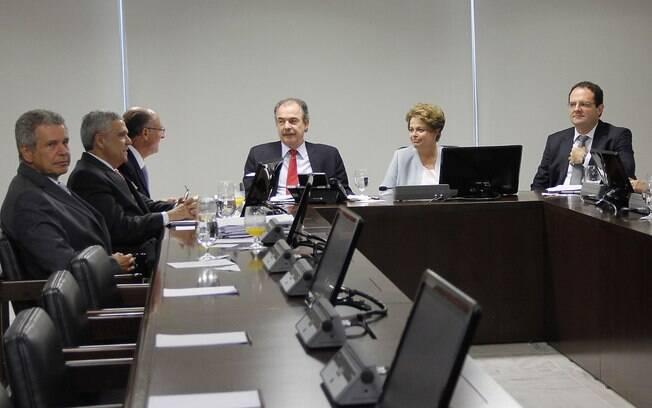 Governador paulista, Alckmin conversa com Mercadante e Dilma Rousseff, nesta sexta-feira