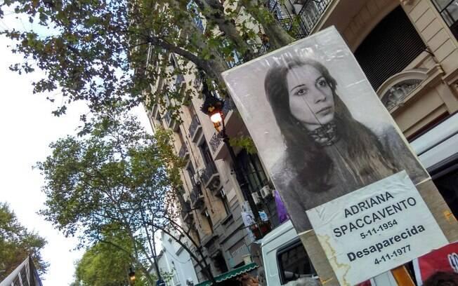Cartazes em manifestação nessa quinta-feira (24) lembram desaparecidos