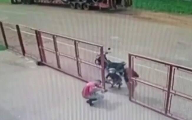 Família levou bebê de moto até batalhão