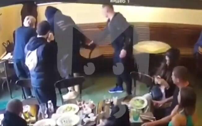 Kokorin e Mamaev, jogadores polêmicos da Rússia, agridem político em bar de Moscou