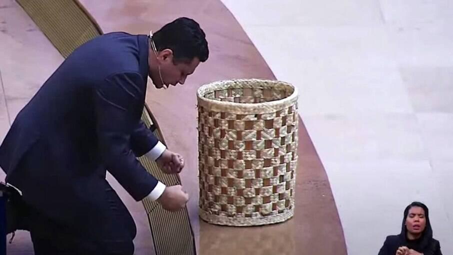 Renato Cardoso pede entrega de doações em cesto no púlpito do Templo de Salamão, da Igreja Universal