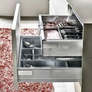 Gavetas com divisórias são muito vantajosas em cozinhas planejadas. Modelo da Ornare