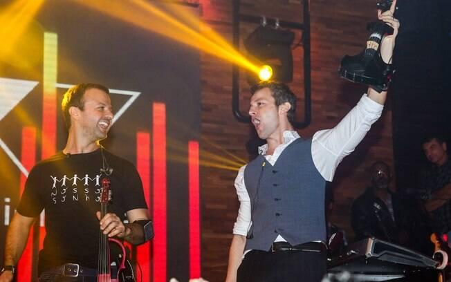 Amon e o irmão no palco