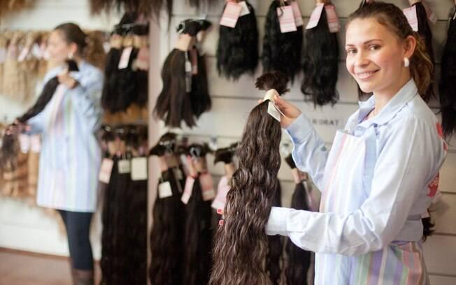 A vendedora da Kalli Cabelos, Marta da Silva Siqueira, mostra um mecha de fios naturais