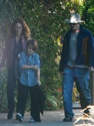 Johnny Depp, Vanessa Paradis e um de seus filhos, Jack