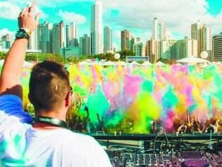 Europa. O Hoppy Holi se tornou febre das festas de música eletrônica ao usar o pó colorido, que não é tóxico e é lavável com água