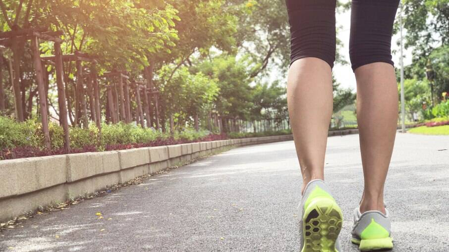 Dar 7 mil passos por dia reduz em até 70% o risco de morte, afirma estudo