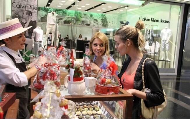 Thaís Fersoza e Yasmin Brunet escolhem doces em um shopping do Rio de Janeiro