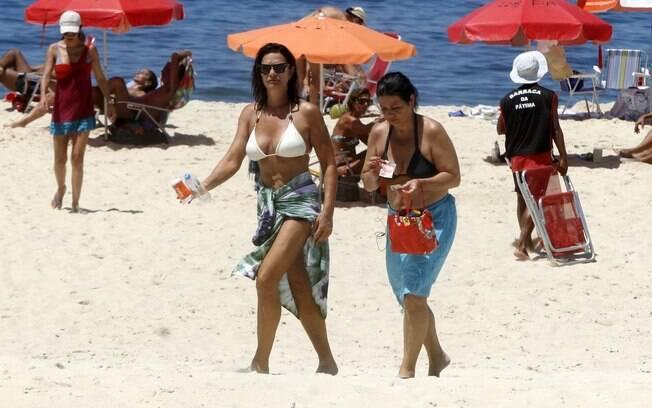 Luiza Brunet deixa a praia com a irmã