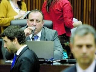 """Clima. Wellington Magalhães (ao fundo) disse que ia """"tratorar"""" a oposição e Iran Barbosa (gravata azul) resolveu entrar na Justiça"""