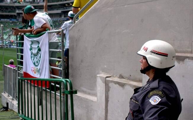 Cabo Sandra na partida Palmeiras x Chapecoense. Ela faz parte do efetivo do 2º Batalhão de Choque