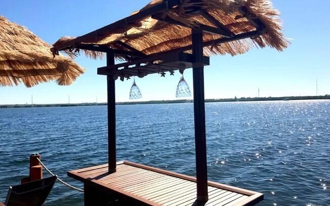 O hóspede pode relaxar e apreciar a vista enquanto toma uma boa bebida no bar de estilo havaiano