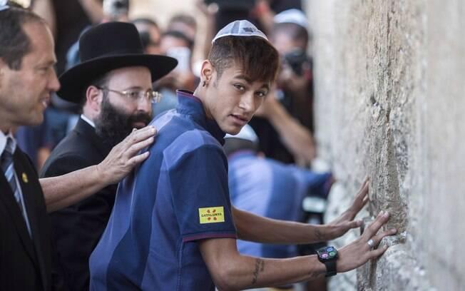Neymar visita o Muro das Lamentações, em  Israel, ao lado do time do Barcelona (4/08)