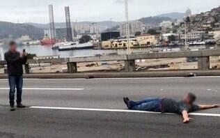 Baralho, lanche, bola e pose para fotos durante sequestro no Rio