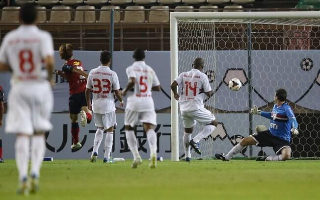 Rogério Ceni só olha a bola entrar no seu gol  no segundo do Kashima