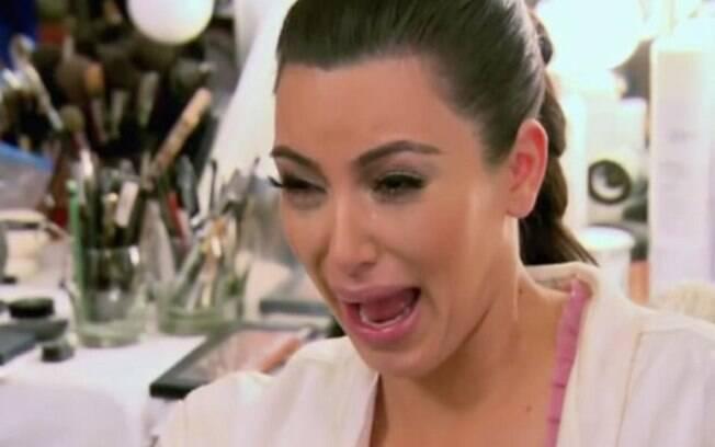 O meme de Kim Kardashian chorando é um dos mais usados nas redes sociais. Sem filtro, Kim adora rebater críticas e responder fãs. No entanto, até então, ela não voltou a tocar no assunto