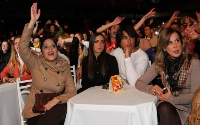 Zezé Di Camargo recebe os filhos, Camila e Igor (com a namorada), e a ex-mulher, Zilu, em show