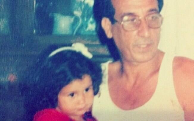 Nanda Costa matou as saudades da infância e do colo do avô em foto
