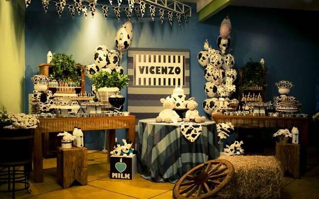 Fazenda é um dos temas mais populares. Nesta decoração, a vaca foi a eleita como destaque da festa