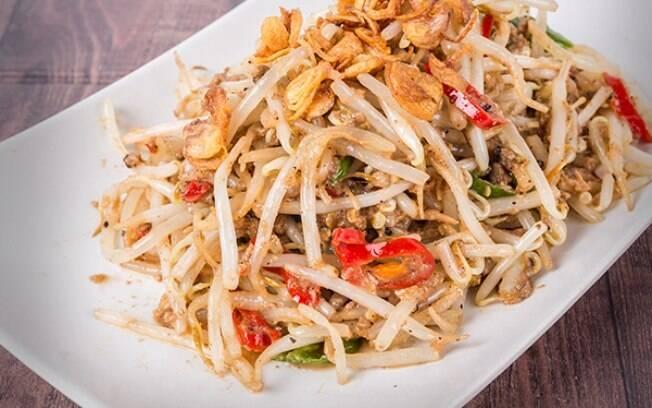 A mandioquinha vai muito bem em saladas; veja a receita com broto de feijão e salmão
