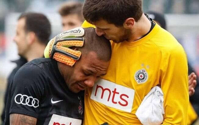 Everton Luiz é consolado pelo goleiro do Partizan Belgrado após sofrer com racismo na Sérvia