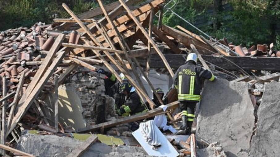 Bombeiros fazem buscas por vítimas de desabamento em Turim