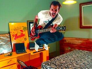 Shairon Lacerda, 29, designer, vocalista e guitarrista da banda Fusile e proprietário do Elvis King Pub