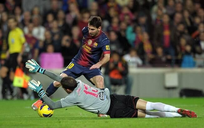 Messi tenta passar pelo goleiro do Celta, mas  não consegue