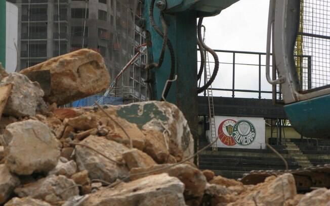 """Em meio às máquinas e à """"bagunça""""  da obra e, os escudos do Palestra Itália e do  Palmeiras marcam presença: passado e futuro  unidos"""