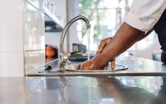 O tratamento para queimaduras domésticas mais indicado é lavar a ferida com água corrente e cobri-lo com pano limpo