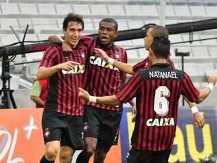 Com gols de Cléo e Douglas Coutinho, Atlético Paranaense levou a melhor sobre o Botafogo