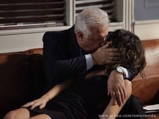 César e Aline se beijam após a secretária receber o presente