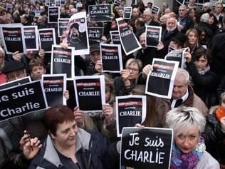 Manifestação. Milhares de franceses foram às ruas, ontem, em Paris, protestar contra o ataque a jornalistas e cartunistas do semanário